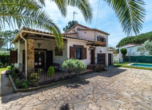 Townhouse to Rent in Begur