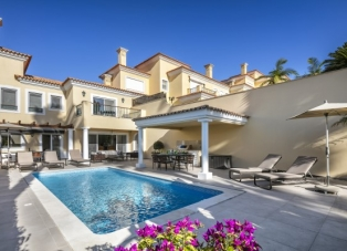 Villa to rent in Fazenda Santiago