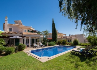 Villa to rent in Vila Sol
